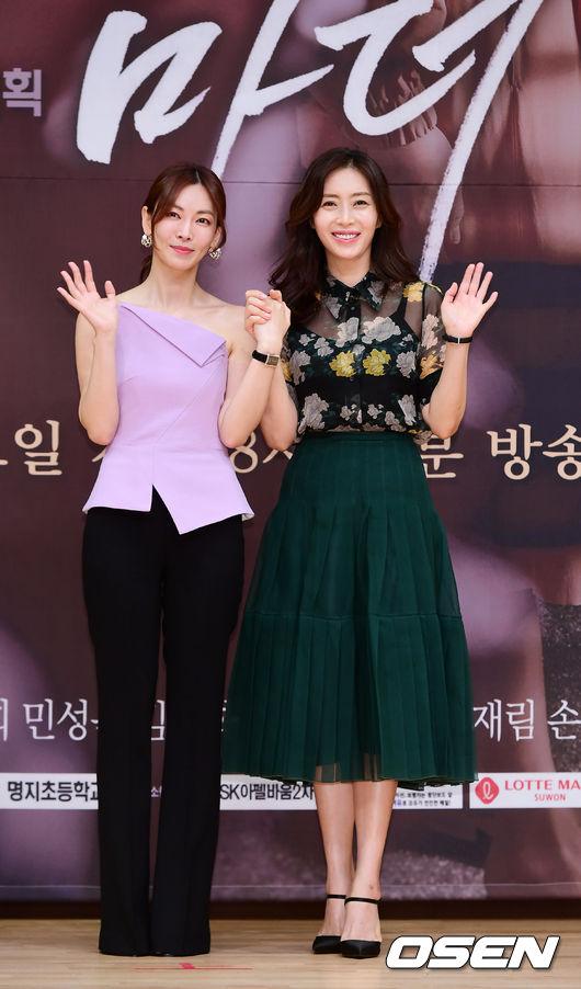 Kim So Yeon, Song Yoon Ah đồng hành trong bộ phim mới. Song Yoon Ah từng tiết lộ, lần đầu cô gặp Kim So Yeon là khi đồng nghiệp còn là một nữ sinh trung học. Cô nhận xét rằng Kim So Yeon không hề thay đổi dù nhiều năm đã trôi qua. Đáp trả lại chia sẻ của bạn, Kim So Yeon nói: Chị ấy cũng vậy, vẫn rất xinh đẹp.