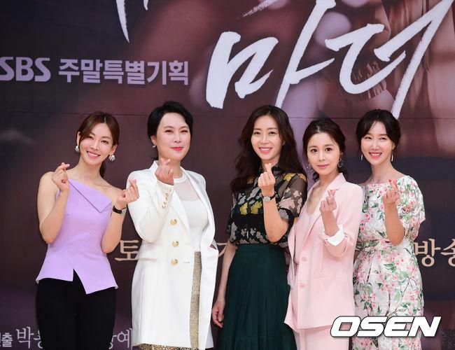 Các nghệ sĩ nữ dự họp báo phim Secret Mother.