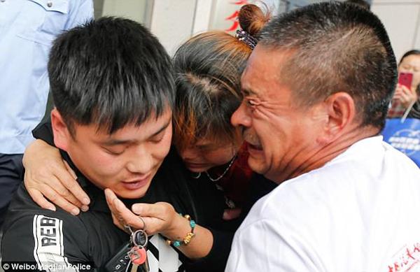 Vợ chồng ông Li ôm chặt con trai trong ngày đoàn tụ hôm 3/5. Ảnh: Weibo.