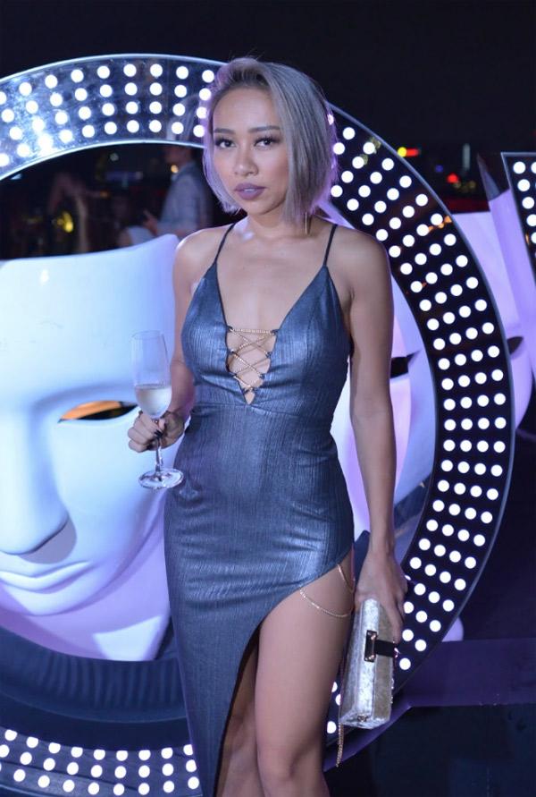 Ca sĩ Thảo Trang cũng khoe đường cong với váy xẻ vạt, khoét ngực sâu.