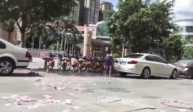 Tiền rơi khắp nơi trên đường phốtrước khi được gom lại. Ảnh: bjnews.