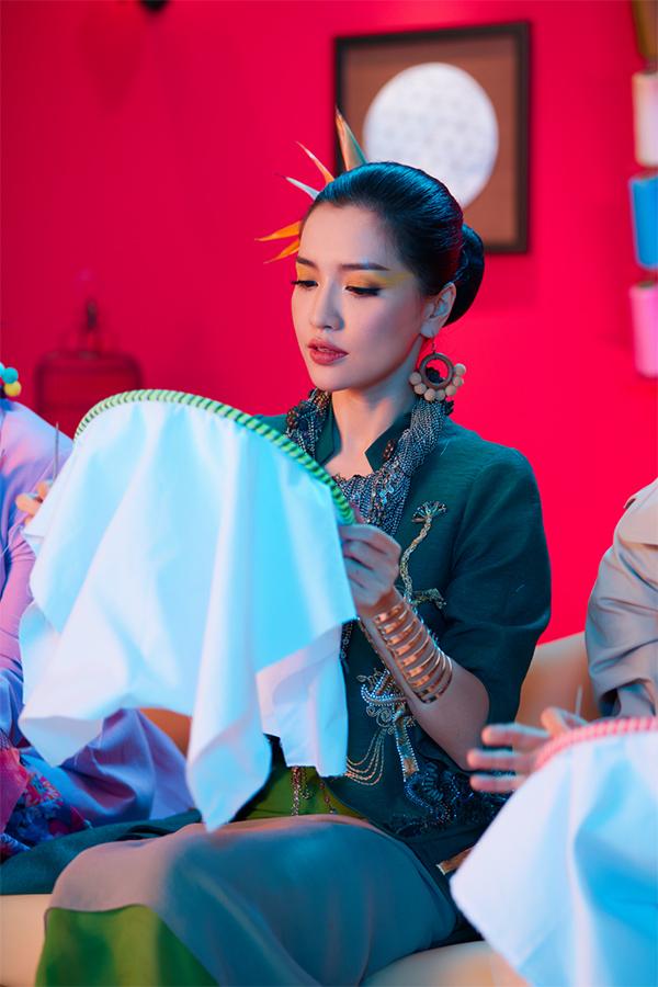 Hình ảnh Bích Phương trong MV Bùa yêu.