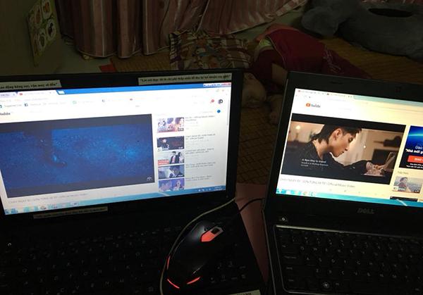 Còn Facebook Nguyễn Vân Anh đăng tấm ảnh con trai nằm ngủ, mẹ thức, kèmvới dòngchia sẻ: Fan Sơn Tùng từ hồi Cơn mưa ngang qua (lúc đấy mình học lớp 11) giờ con mình đã được 7 tháng rồi, vẫn cứ là sky. Ôi thanh xuân của tôichỉ để cày view cho sếp.