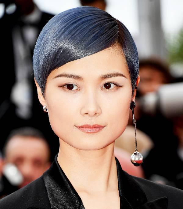 Lý Vũ Xuân trang điểm rất nhẹ, tập trung làm nổi bật làn da mịn màng không tì vết và mái tóc màu xanh ánh khói.