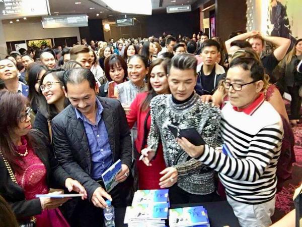 Khán giả Việt tại Australia vây quanh Đàm Vĩnh Hưng xin chữ ký và mua đĩa.