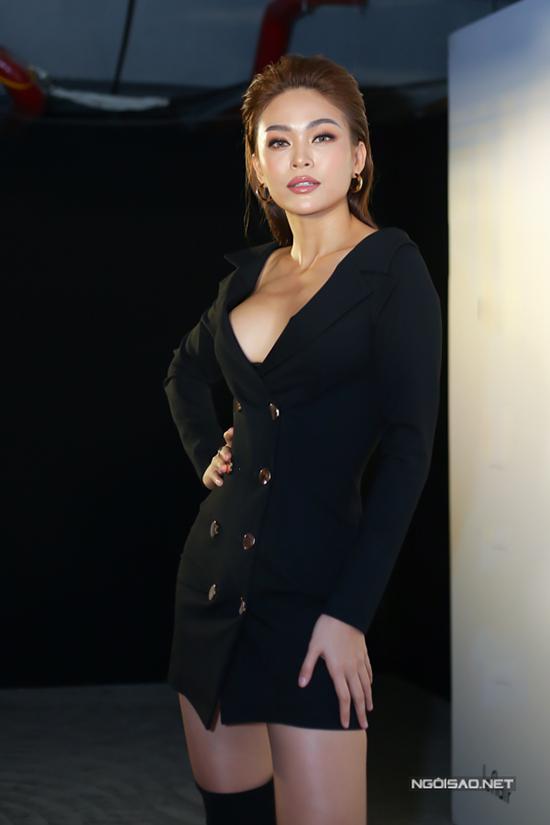 Á hậu ngày càng thể hiện sự cá tính và táo bạo hơn trong việc chọn trang phục sexy khi tham gia các sự kiện của làng thời trang Việt.