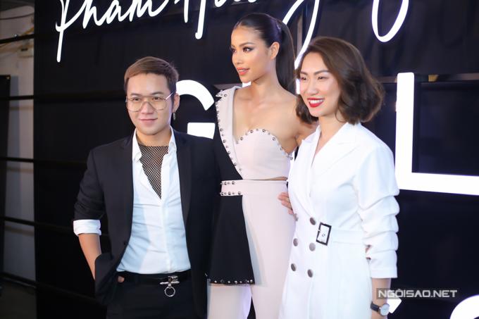 Chung Thanh Phong mix áo lưới cá tính cùng vest thanh lịch đến chúc mừng Phạm Hương ra mắt bộ sưu tập đầu tay.