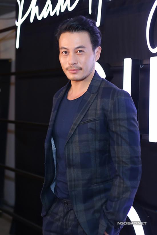Nhà thiết kế Trương Thanh Long trẻ trung cùng suit hoạ tiết ca rô.