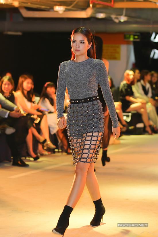 Chất liệu khaki, chiffon, thun cùng họa tiết đính cườm vô cùng tỉ mỉ trên từng sản phẩm hứa hẹn sẽ gây bão làng thời trang Việt trong thời gian sắp tới.