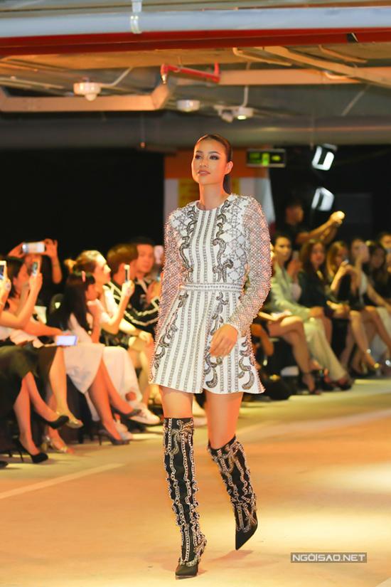 Không chỉ giữ vai trò đồng sáng tạo và thiết kế các mẫu trang phục ứng dụng cho phái đẹp, Hoa hậu quốc dân còn đảm nhận vị trí vedette trong show diễn.