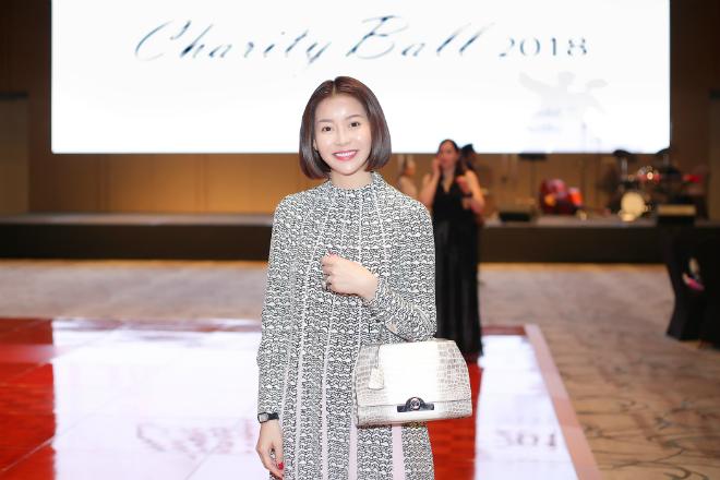 Hoa hậu Hải Dương trong chiếc đềm Valentino và túi Moynat sang trọng.
