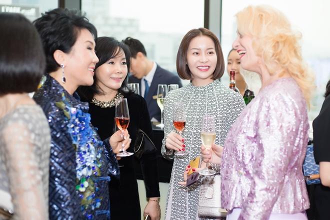 Người đẹp Việt Nam chia sẻ với các phu nhân quan chức ngoại gia đang làm việc tại Hàn Quốc về những hoạt động thiện nguyện của mình.