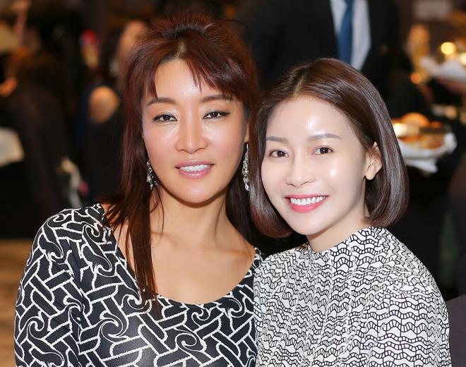 Hoa hậu Hải Dương nhận được sự chào đón thân thiện của các khách mời tham gia buổi tiệc.