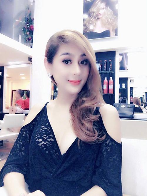Lâm Chi Khanh khoe mái tóc mới dịu dàng, thướt tha.