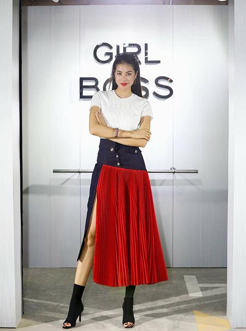 Phạm Hương khoe vẻ quyền lực với trang phục cá tính: Từ hôm nay, Girlboss sẽ trở thành xu hướng thời đại mới mà mọi phụ nữ đều quyết tâm theo đuổi.
