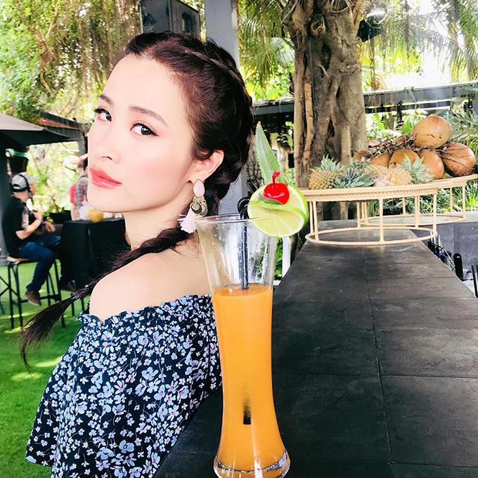 Đông Nhi hoá thân thành bà chủ tiệm trái cây: Giải khát hàng nước Cô Ba Nhi: cam nhiệt đới , dừa mộng nước hay dứa thơm lừng. Xin mời.