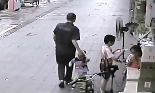 Bé trai suýt bị người lạ bắt cóc khi đang chơi trước cửa hàng của bố