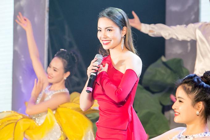 Ngọc Anh chọn nhạc phẩm Hà Nội 12 mùa hoa của nhạc sĩ Giáng Son để gửi tặng mọi người.