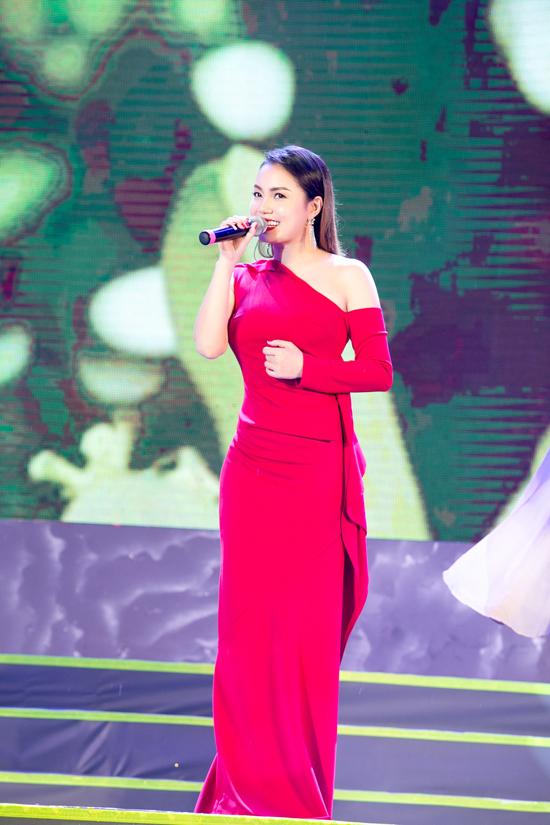 Giọng ca gốc Quảng Ninh chia sẻ rằng, côrất tiếc khi trời đổ mưa lớn trong lúc chương trình diễn ra. Tuy vậy, các nghệ sĩ đều hết mình biểu diễn nhằm cống hiến cho khán giả một đêm nhạc hấp dẫn.