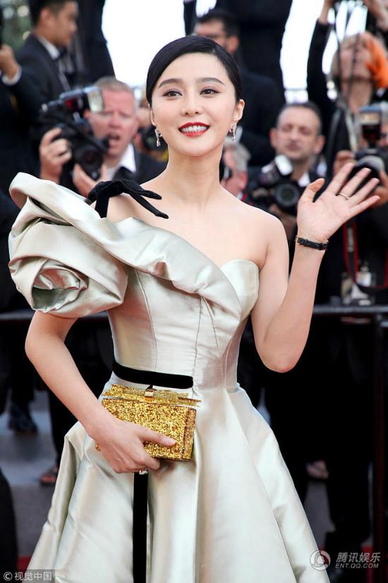 Ngày thứ 4ở Cannes, Phạm Băng Băng tới dự buổi chiếu phim Trung Quốc Giang hồ nhi nữ. Mỹ nhân Trung Quốc mặc trang phục trong bộ sưu tậpCouture của nhà thiết kếAlexis Mabille, với phần cầu vai cáchđiệu bằng một bông hồng lớn, thân váy lụa satin sang trọng, điểm nhấn là băng đô đen thắt ngang eo.