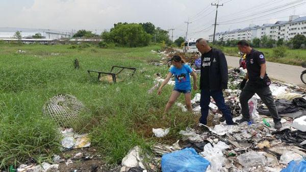 Bé gái được người phụ nữ phát hiện từ đống rác. Ảnh: Viral Press