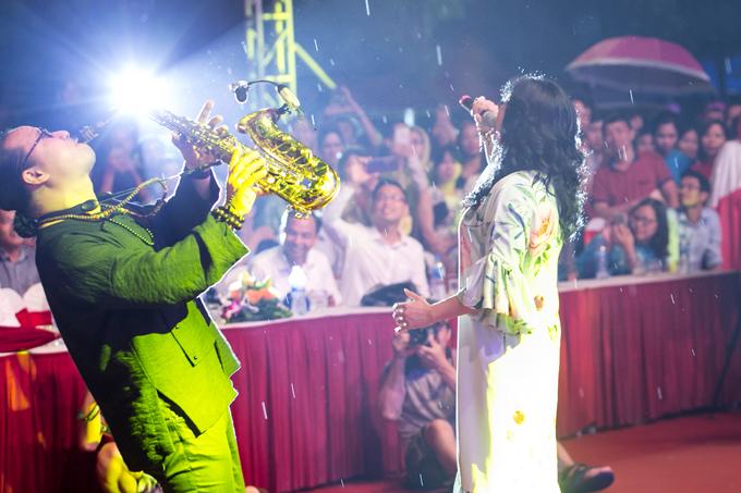 Chị và nghệ sĩ saxophone Trần Mạnh Tuấn xuống tận khu vực khán giả để biểu diễn.