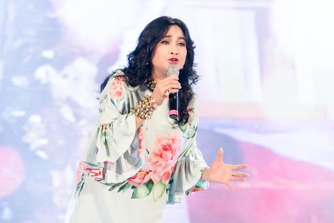 Diva Thanh Lam cũng là gương mặt nổi bật tại đêm nhạc. Chị diện váy suông rộng, in hoạ tiết hoa trang nhã để làm nổi bật nhan sắc ở tuổi tứ tuần.