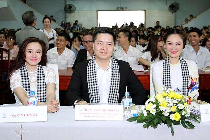 Hoa hậu Đàm Lưu Ly, Vy Oanh đi nói chuyện với sinh viên