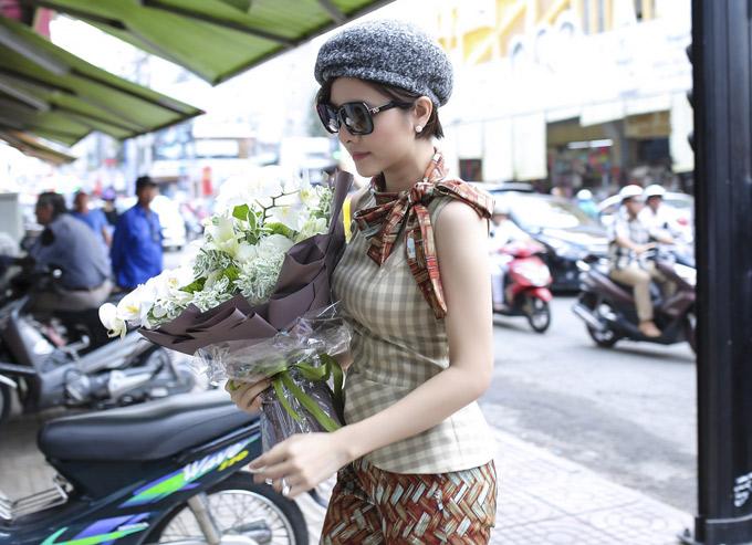 Cô tới showroom áo dài quen chọn mua vải và đặt vài bộ cánh cho các sự kiện trang trọng, đặc biệt.