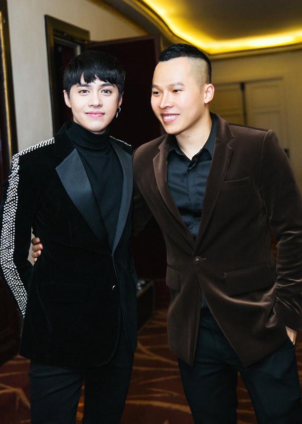 Ca sĩ Noo Phước Thịnh đọ vẻ lịch lãm với ông bầu Vũ Khắc Tiệp.