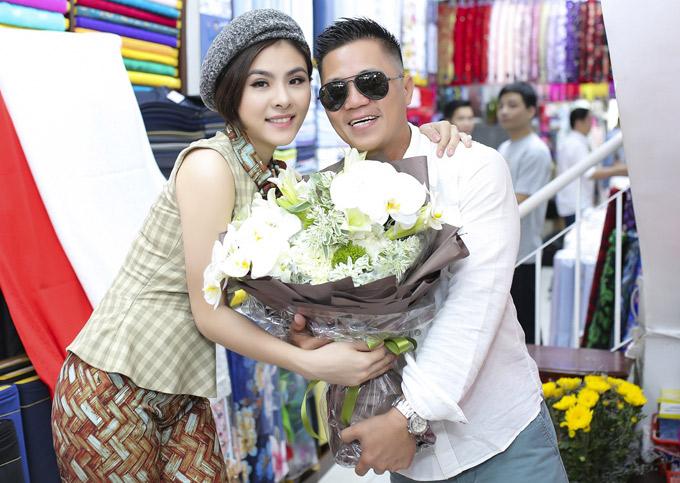 Nhiều năm nay Vân Trang rất thân thiết với nhà thiết kế Đinh Văn Thơ - ông chủ thương hiệu áo dài nổi tiếng tại TP HCM.