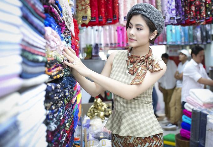 Vân Trang chọn lựa rất kỹ chất liệu, màu sắc và họa tiết của vải may áo dài.