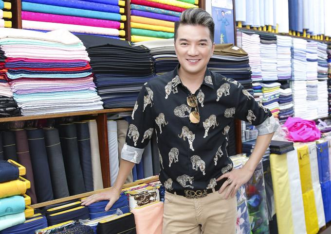 Ca sĩ Đàm Vĩnh Hưng có cả kho đồ hiệu nhưng vẫn thích mặc cả áo dài truyền thống.