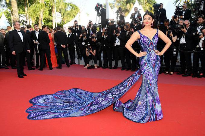 Sự xuất hiện của mỹ nhân nổi tiếng nhất Bollywood thu hút hàng trăm ống kính máy ảnh. Cô diện bộ đầm bay bổng, quyến rũ của nhà thiết kế người Dubai, Michael Cinco.