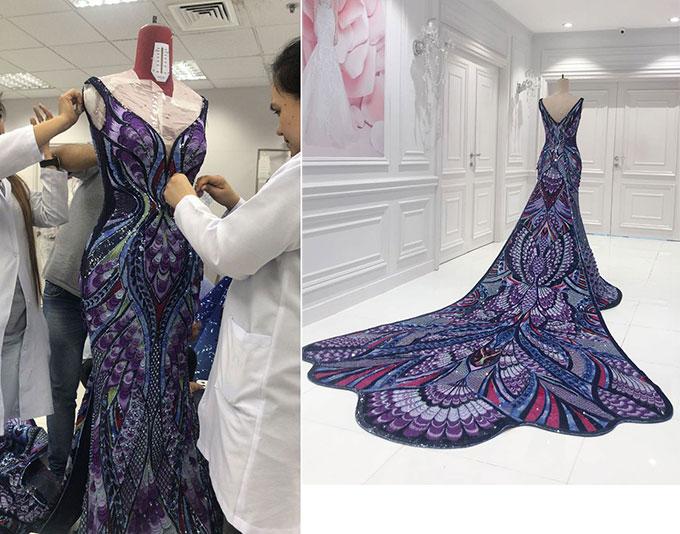 Cinco tiết lộ, chiếc váy được làm trong 3.000 giờ - tương đương với 125 ngày nếu các thợ may làm việc không ngừng nghỉ.