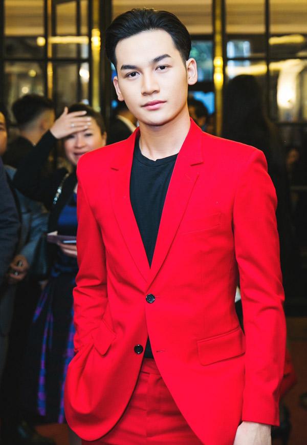 Ali Hoàng Dương được mời biểu diễn trong đêm thi nhan sắc tổ chức tại Pháp.