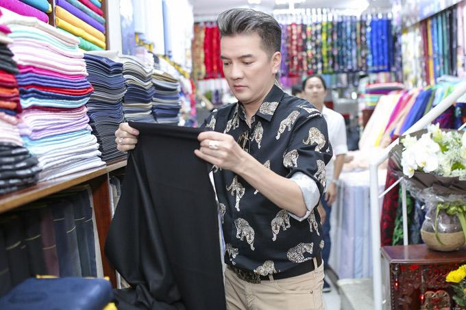 Sau khi chọn vải, anh thường tự đưa ý tưởng thêm thắt các chi tiết cho trang phục để tạo ra bộ cánh độc đáo, bắt mắt.