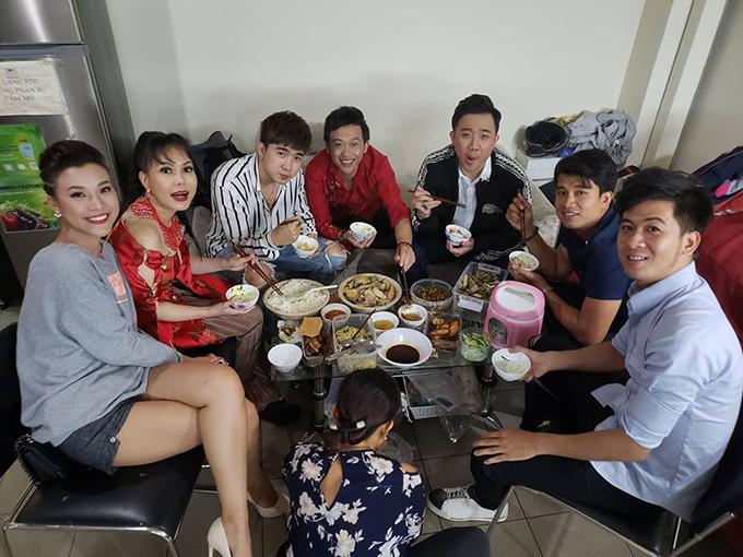 Việt Hương đăng tải bức ảnh ăn trưa bình dị của dàn sao Việt