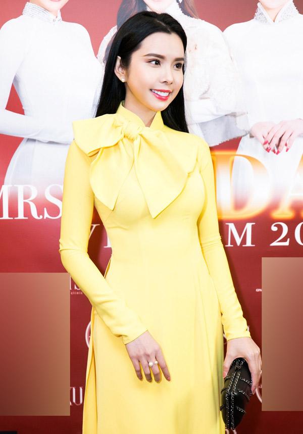 Diễn viên Huỳnh Vy diện áo dài duyên dáng đi sự kiện.