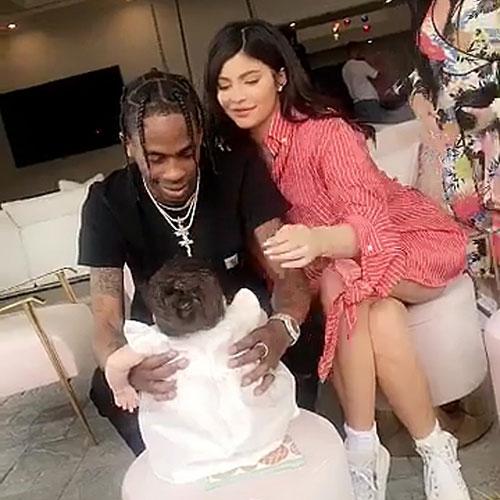 Kylie và bạn trai, rapper Travis Scott, bên con gái nhỏ.