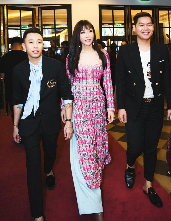 Stylist Hoàng Ku và một người bạn tháp tùng Hoa hậu Lam Cúc (giữa) đi xem thi nhan sắc.
