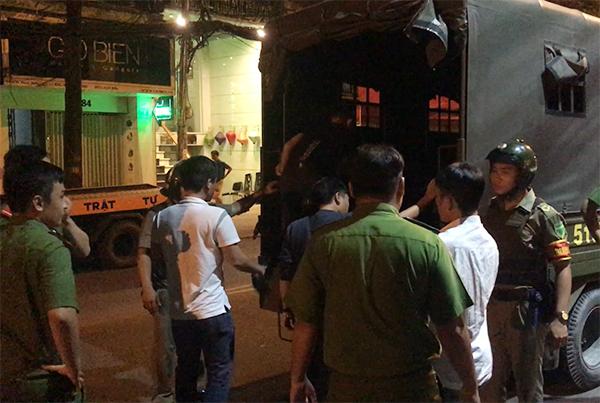 Cảnh sát đưa gần 100 người về trụ sở. Ảnh: Kiến Tường.