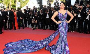Hoa hậu Thế giới Aishwarya Rai khoe dáng ở Cannes với chiếc váy mất 3.000 giờ để làm