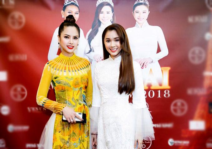 Á hậu Áo dài Thùy Giang xinh tươi bên diễn viên Quỳnh Hương.