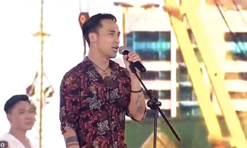Phạm Anh Khoa đi diễn giữa scandal bị tố gạ tình