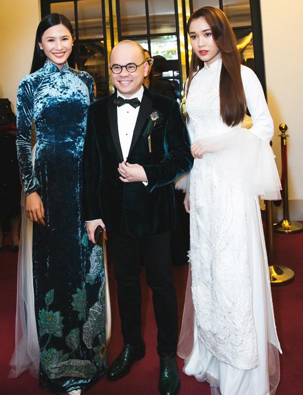 Hoa hậu người Việt thế giới 2014 Tường Vy rạng rỡ chụp ảnh cùng doanh nhân Dương Quốc Nam và cô bạn Quỳnh Hương.