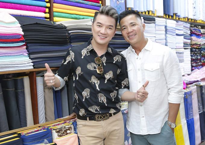Nhà thiết kế Đinh Văn Thơ rất hâm mộ tiếng hát và con người gần gũi, tình cảm của Mr Đàm.