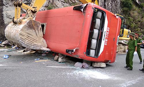 Cú bẻ lái cứu xe không rơi xuống vực của tài xế xe khách - 1