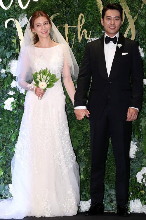 Cha Ye Run: Thay vì chọn một kiểu váy nhiều tầng lớp với vải tulle, ren, bạn vẫn có thể xuất hiện trong hôn lễ với diện mạo sang chảnh cùng chiếc váy chiffon gọn nhẹ. Phần tay áo dài và những hoa văn đính kết tinh tế là những điều khiến bạn khó có thể rời mắt khỏi chiếc váy này.