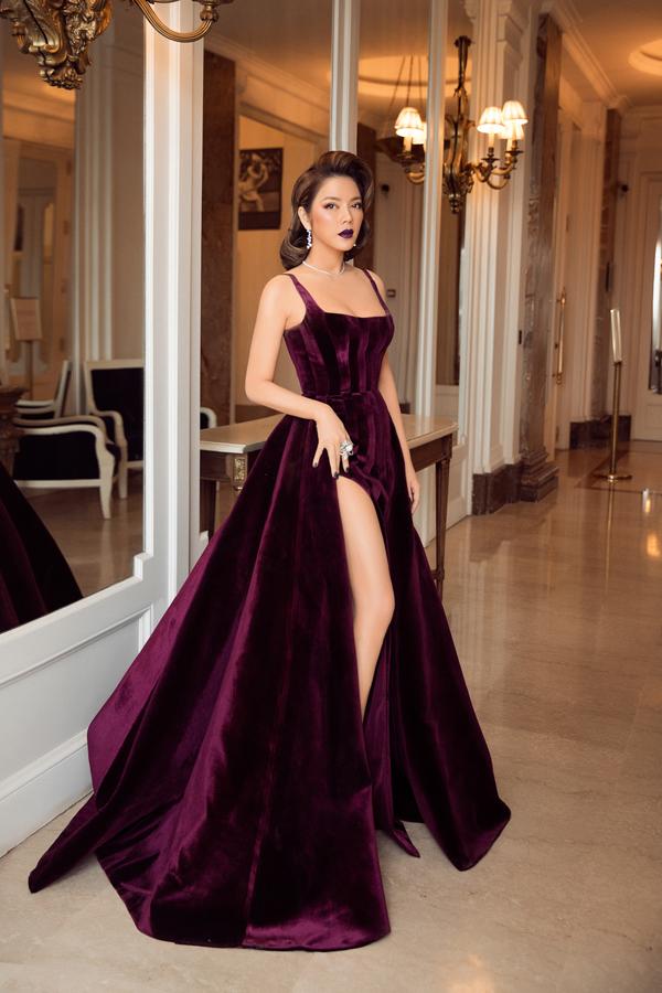 Góp mặt tại LHP Cannes lần thứ 71, người đẹp Lý Nhã Kỳ nhận được nhiều lời khen ngợi từ khán giả trong nước bởi cách chuẩn bị trang phục công phu. Một trong những bộ cánh giúp cô toả sáng là thiết kế váy xẻ cao trên chất liệu vải nhung của Đỗ Long.